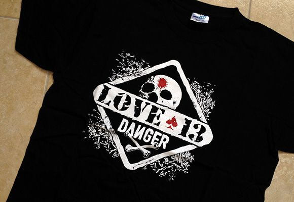 Camiseta con logo de Love 13