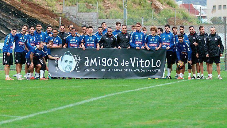 Pancarta con el logotipo de Amigos de Vitolo