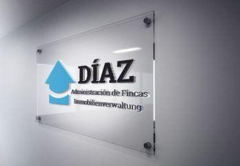 Placa con el logo de Díaz Administradores
